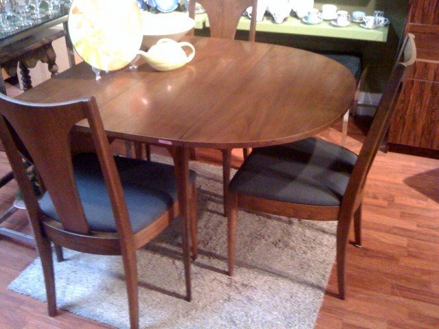 Broyhill Brasilia Dining Table And Chair Set. Dining Table Has Two Fold  Down Leaves So